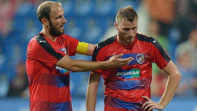 Roman Hubník (vlevo) a útočník Plzně Michael Krmenčík v zápase 3. předkola Ligy mistrů s Karabachem.