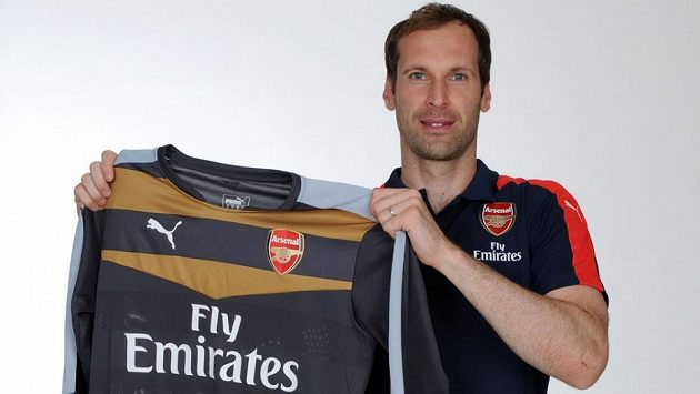 Brankář Petr Čech pózuje s dresem londýnského Arsenalu.