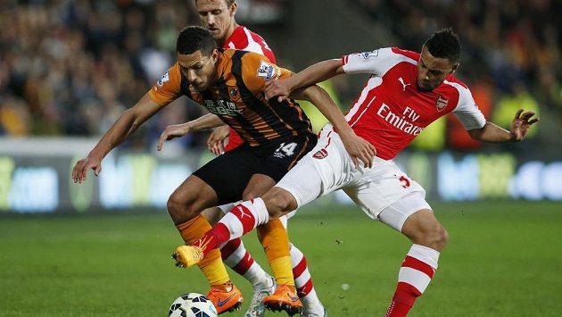 Jake Livermore bojuje o míč se dvěma hráči Arsenalu.