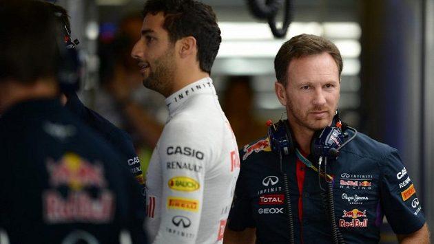 Šéf Red Bullu Christian Horner (vpravo), uprostřed pilot Daniel Ricciardo.
