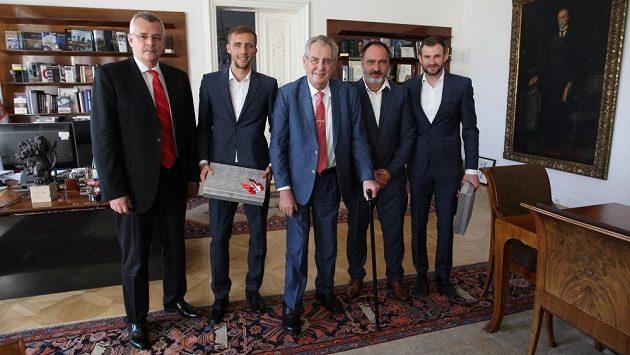 Prezident Miloš Zeman (uprostřed) přijal na Hradě šéfa Slavie Jaroslava Tvrdíka, záložníka Tomáše Součka, trenéra Jindřicha Trpišovského a brankáře Ondřeje Koláře.