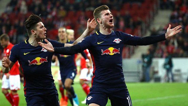 Fotbalisté Lipska Timo Werner a Marcel Sabitzer oslavují gól proti Mohuči.