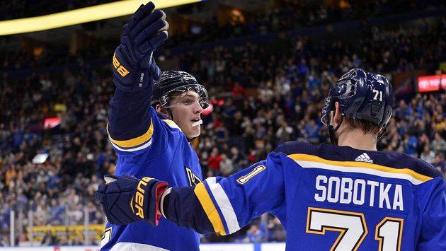 Centr St. Louis Blues Tage Thompson (32) a levé křídlo Vladimír Sobotka (71) slaví gól proti New Jersey.