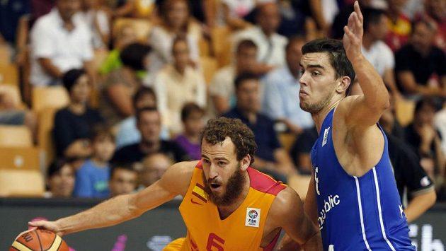 Španělský basketbalista Sergio Rodrigues (vlevo) a Tomáš Satoranský v utkání mistrovství Evropy mezi Španělskem a Českou republikou.