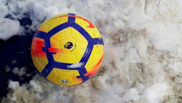Zimní období a fotbal venku, to nejen v tuzemských poměrech často nejde dohromady - ilustrační foto.