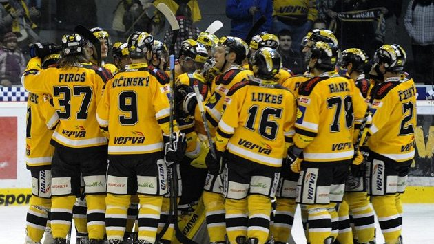 Hokejisté Litvínova se radují z vítězství nad Karlovými Vary.