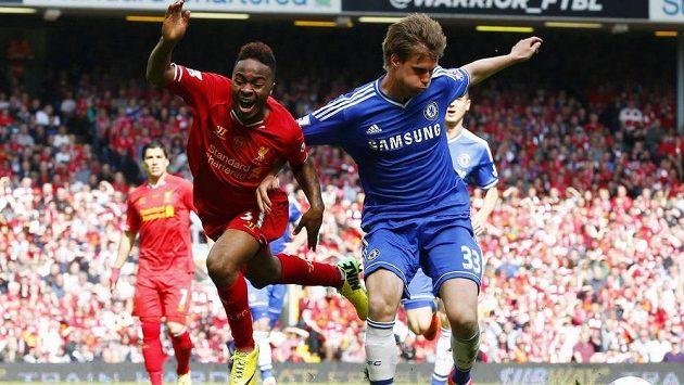 Stoper Chelsea Tomáš Kalas brání liverpoolského Raheema Sterlinga.