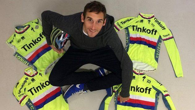 Cyklista Roman Kreuziger s dresy, které věnoval do dražby.