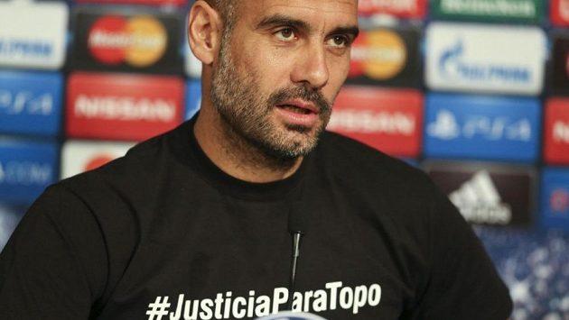 V tričku s nápisem symbolizujícím solidaritu se zemřelým novinářem Pep Guardiola u vedení UEFA narazil.