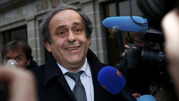 Prezident UEFA Michel Platini v zajetí reportérů.