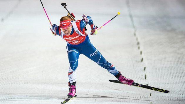 Gabriela Koukalová projíždí cílem při stíhačce v Novém Městě na Moravě.