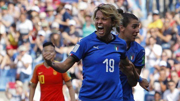 Fotbalistky Itálie postoupily na mistrovství světa do čtvrtfinále. Z gólu v síti Číny se raduje Valentina Giacintiová, Itálie vyhrála 2:0.