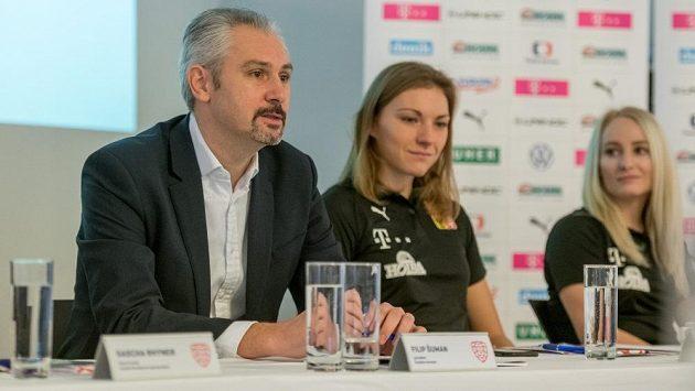 Šéf českého florbalu Filip Šuman, vedle něj reprezentantky Eliška Krupnová (uprostřed) a Martina Řepková.