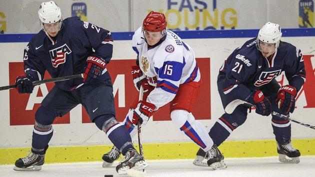 Ruský hokejista Georgij Busarov (uprostřed) v souboji s Quentinem Shorem (vlevo) a Ryanem Hartmanem z USA ve čtvrtfinále MS do 20 let.