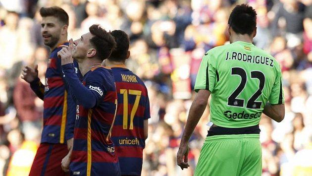 Lionel Messi z Barcelony (druhý zleva) slaví se spoluhráči gól proti Getafe v utkání 29. kola španělské La Ligy.