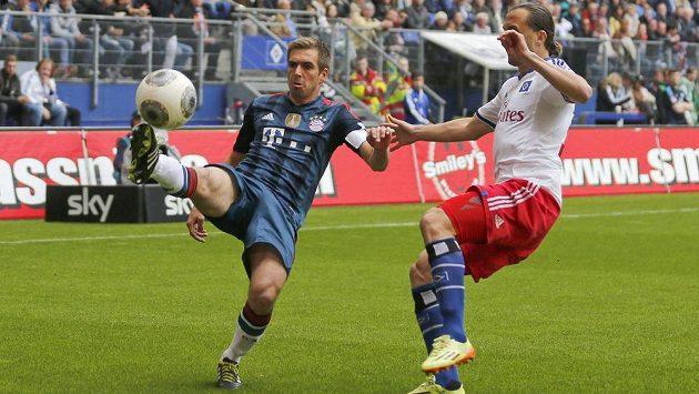 Fotbalista Byernu Philipp Lahm a záložník Hamburku Petr Jiráček v souboji o míč.
