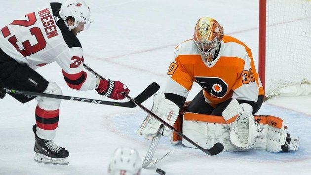 Michal Neuvirth v brance Philadelphie zářil a pomohl Flyers vychytat výhru v utkání NHL s New Jersey.