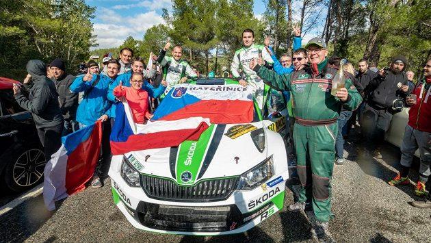 Jan Kopecký a Pavel Dresler se Škodou Fabia R5 v obklopení fanoušků na trati Španělské rallye.
