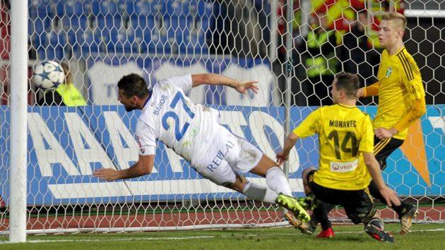 Ostravský útočník Milan Baroš z Baníku střílí z ofsajdové pozice vítězný gól Baníku v duelu s Karvinou.