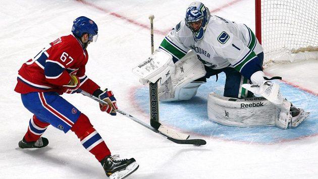 Gólman Vancouveru Roberto Luongo čelí nájezdu Maxe Paciorettyho z Montrealu.