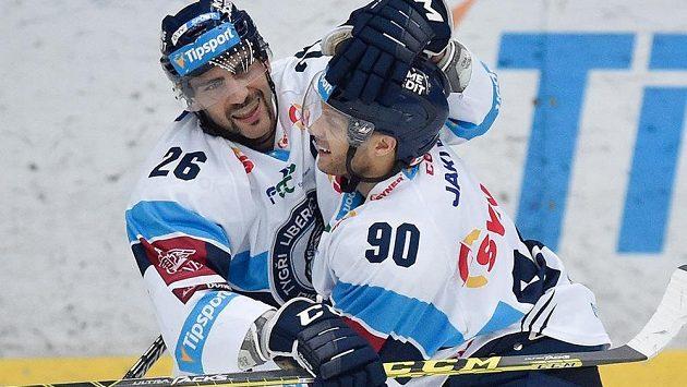 Autor rozhodujícího gólu Petr Jelínek (vlevo) a Tyler Redenbach z Liberce se radují.