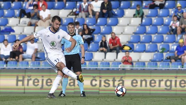 Nikolaj Komličenko z Boleslavi dává proti Karviné gól z penalty.