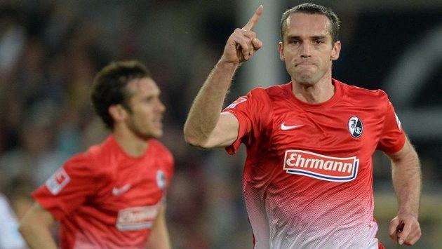 Obránce Freiburgu Pavel Krmaš se raduje ze vstřeleného gólu.