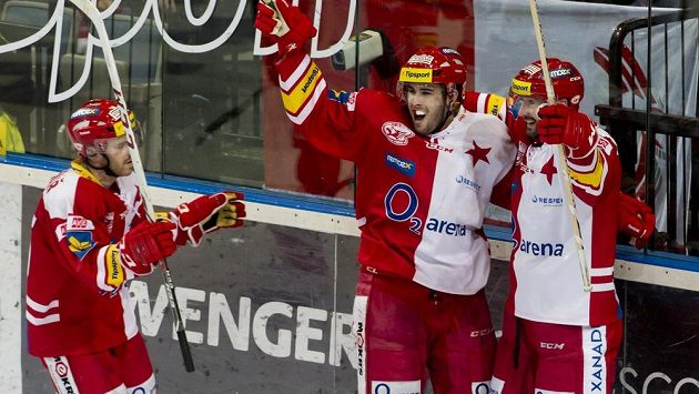Útočník Slavie Michal Poletín (uprostřed) se raduje se svými spoluhráči Jakubem Sklenářem (vlevo) a Tomášem Divíškem z gólu proti Olomouci.