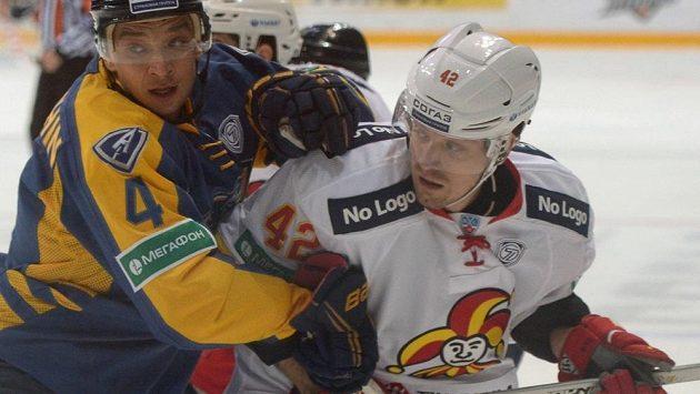 Petr Koukal (vpravo) v KHL hájí barvy Jokeritu Helsinky.