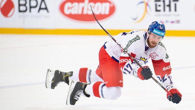 Filip Hronek v pozici letícího hráče v utkání s Finy.
