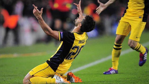 Záložník Atlétika Madrid Diego se raduje z gólu proti Barceloně.