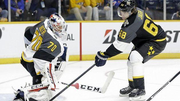 Jaromír Jágr v Utkání hvězd NHL před brankářem Metropolitní divize Bradenem Holtbym.