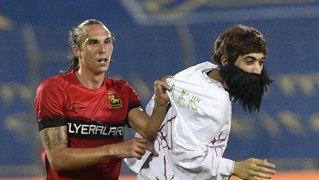 Výtržník s nalepovacími vousy jen podtrhl fiasko pořadatelů zápasu Admiry s Libercem. Chytat ho pomáhal i domáci Markus Wostry.