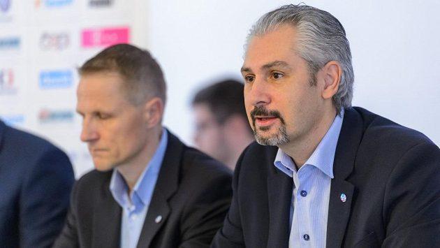 První muž českého florbalu Filip Šuman, vlevo trenér reprezentace Petri Kettunen.
