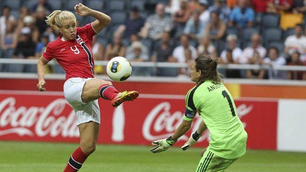 Elise Thorsnesová z Norska pálí na německou brankářku Nadine Angererovou ve finále evropského šampionátu žen ve Stockholmu.