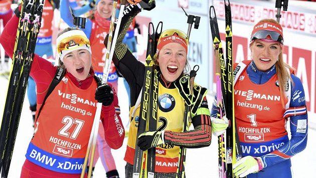 Darja Domračevová (vlevo), Laura Dahlmeierová (uprostřed) a Gabriela Koukalová se radují z medailí na mistrovství světa.