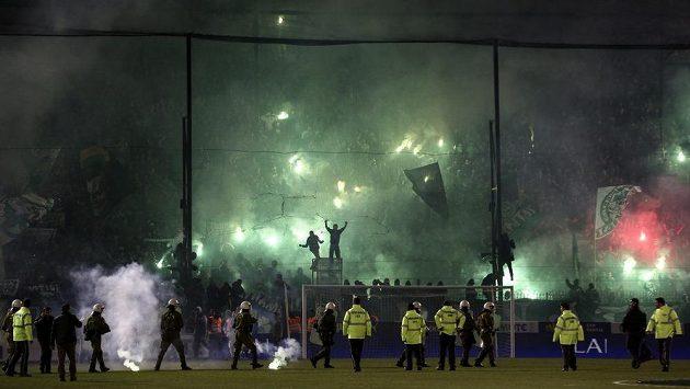 Derby mezi fotbalisty Panathinaikosu a Olympiakosu Pireus bylo kvůli násilnostem fanoušků odloženo.