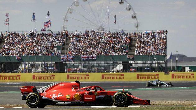 Sebastian Vettel z Německa na trati v Silverstonu.