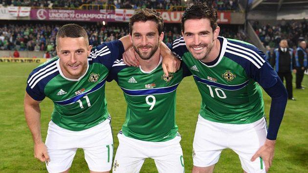 Severoirské trio Conor Washington (zleva), William Grigg a Kyle Lafferty při utkání s Běloruskem.