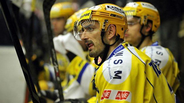Zklamaní zlínští hráči, ani v duelu s Pardubicemi se prvních bodů do tabulky nedočkali. Vpředu zkušený obránce Radim Tesařík.