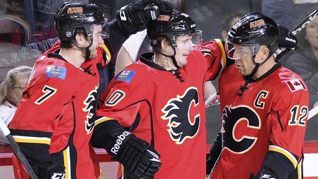 Romanu Červenkovi (uprostřed) gratulují k trefě proti San Jose spoluhráči z Calgary TJ Brodie (vlevo) a Jarome Iginla.