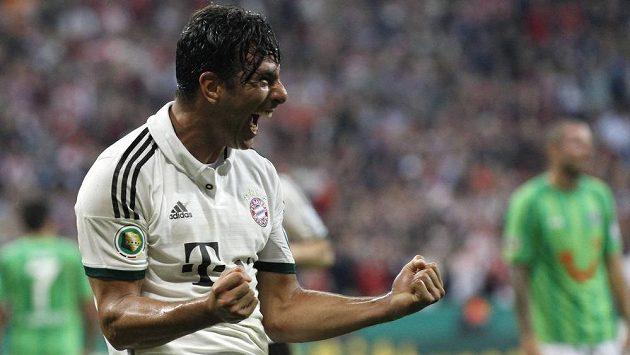 Radost Claudia Pizarra z Bayernu v utkání Německého poháru proti Hannoveru.