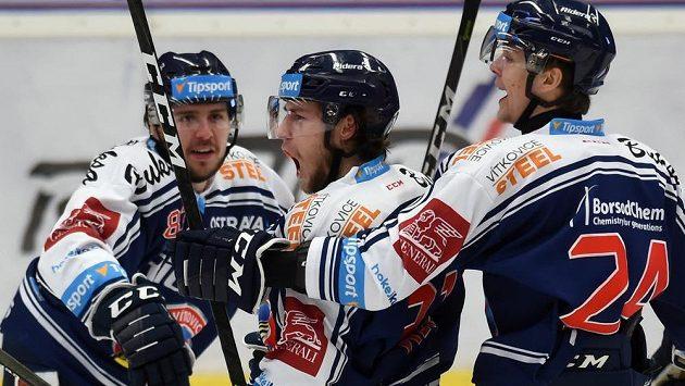 Lukáš Klok z Vítkovic (uprostřed) se raduje z prvního gólu proti Spartě se spoluhráči Tomášem Jáchymem (vpravo) a Šimonem Stránským.