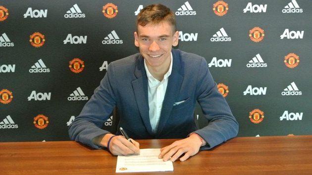 Český brankář Matěj Kovář při podpisu smlouvy s Manchesterem United.