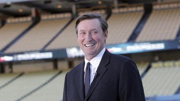 Hokejová legenda Wayne Gretzky hovoří na stadiónu Los Angeles Dodgers