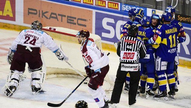 Zlínský útočník Pavel Kubiš (třetí zprava) slaví se spoluhráči gól na ledě Sparty.