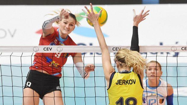 Zleva Nina Herelová z Prostějova, Mia Jerkovová z Fenerbahce a Julie Kovářová z Prostějova.