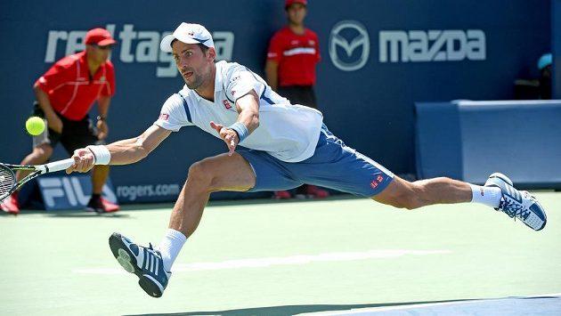 Srb Novak Djokovič v Torontu při utkání s Gillesem Müllerem z Lucemburska. V dalším kole bude hrát s Radkem Štěpánkem.