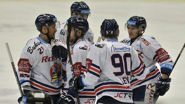 Hokejisté Vítkovic se radují z gólu v extraligovém utkání.