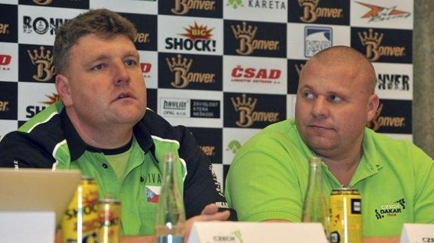 Řidiči Martin Kolomý (vlevo) a Marek Spáčil se letos pod hlavičkou Bonver Dakar Projectu vydají na Rallye Dakar.